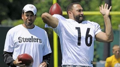 Steelers quarterback Charlie Batch goes through drills in front of offensive coordinator Todd Haley at practice Tuesday on the South Side.