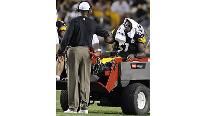 Steelers head coach Mike Tomlin gives a fist pump to injured linebacker Sean Spence in the third quarter Thursday night at Heinz Field.