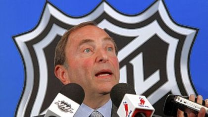 NHL commissioner Gary Bettman speaks to reporters after meeting with the NHL Players&#039; Association representatives during a news conference at NHL headquarters in New York.