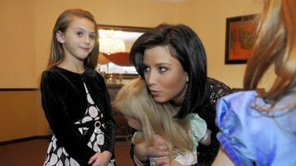 Laura Kaeppeler,  Miss America 2012, hugs Avery Rice, 4, of Canonsburg on Thursday as Hannah Schwarz, 9, of Upper St. Clair looks on.