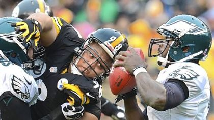 Steelers nose tackle Casey Hampton bears down on Eagles quarterback Michael Vick.