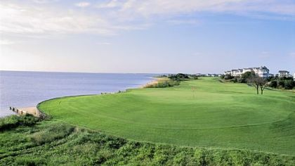 At Nags Head Golf Links, the 583-yard, par-5 18th, has a rolling, mostly flat fairway bordered by Roanoke Sound.