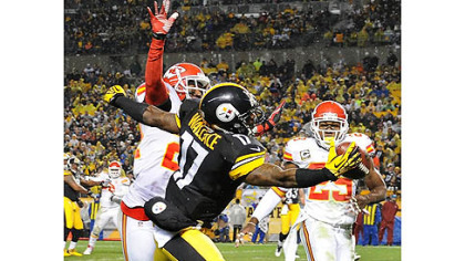 The Steelers&#039; Mike Wallace makes a one-handed catch for a touchdown against the Chiefs in the second quarter.