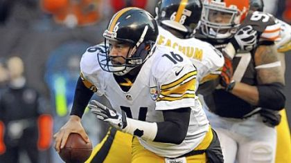 Steelers quarterback Charlie Batch scrambles against the Browns in the third quarter Sunday in Cleveland.