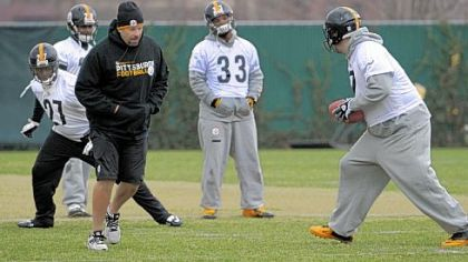 Steelers quarterback Ben Roethlisberger, right, practices hand off to runningback Jonathan Dwyer as offensive coordinator Todd Haley tries to get out of the way during practice Wednesday on the South Side.
